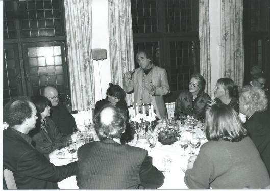 Hans Rombouts als spreker tijdens jaardiner van Het Beschreven Blad, februari 2002.
