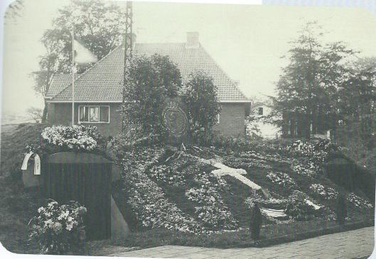 Voorlopig herdenkingsmonument aan de Dreef in Haarlem (foto 7 mei 1945 door Jan Hendrik Fortgens)