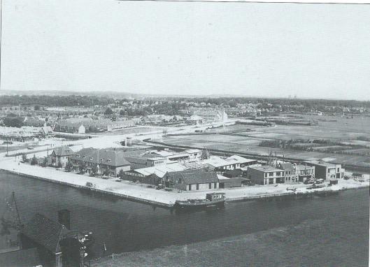 De haven die via het in 1916 aangelegde Heemsteedse Kanaal op het Spaarne aansluiting geeft. Hier op een foto uit 1930 toen de Heemsteedse Dreef nog voor een aanzienlijk deel onbebouwd was. Op de achtergrond de pas gereed gekomen Dreefschool. De naakte gronden van de Componistenwijk, vroeger 'de (Schouwbroeker)polder' genoemd moesten nog bebouwd worden. Aan de Havenstraat zien we aan de voorzijde van de bebouwing de grote brandstoffenhandel van 'Teeuwen en Zonen', waarvoor een kantoorgebouw van Spaarneland in de plaats kwam. Ook enkele andere bedrijven, zoals veevoederfabriek 'Roest'langs de Kanaalweg, waar later 'Heems dierenspeciaalzaak sinds 1822 vanuit Haarlem is gekomen.