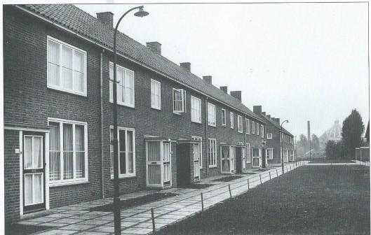 Enkele van de 98 door woningbouwvereniging 'Heemstede's Belang' in 1951/1952 op initiatief van de gemeente gebouwde huizen. Deze zijn voor die tijd luxe uitgevoerd, inclusief centrale verwarming. Met als nadeel (maar ieder nadeel heeft zijn voordeel) dat het enige toilet op de eerste verdieping is gesituteerd. Nieuw was de aanleg van groenstroken tussen autovrije paden voorzien van gazons en struiken. Op de achtergrond de schoorsteen en koepel van Hageveld.