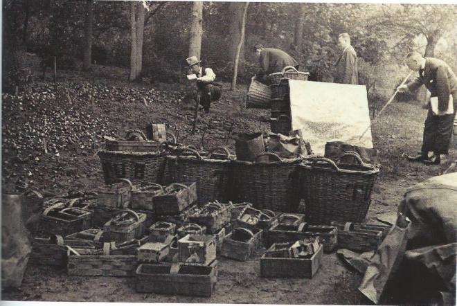 Het beplanten van de aanleg bij de lelievijver in Groenendaal, Heemstede in het najaar van 1934 voor de Flora 1935. Van links naar rechts: waarschijnlijk T.Warmerdam meesterknecht, een onbekende, Tom Hoog en de tuinarchitect Henri Roeters van Lennep (inf. Kees Hoog)