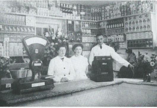 Bij het openen van zijn kruidenierszaak in 1935 poseren A.Bakker en zijn vrouw Mien en schoonzuster Jo v.d. Pluym. Tegenwoordig Dulk Technische Dienst in de Borneostraat/hoek Sumatrastraat.