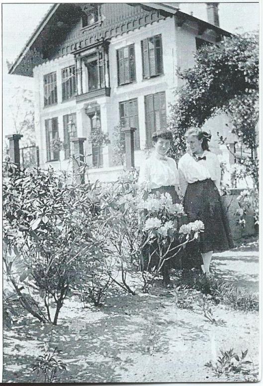 Van 1917 tot 1925 heette het 'Gramophone House' aan de Bronsteeweg nog 'Luneven'. Op deze foto afkomstig uit een album van de familie Stuijt staat geschreven: 'Tante Erica & Tante Lucienne, 1917, 'Luneven', Heemstede'.
