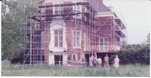 Achterzijde van Ipenrode in de steigers (2-6-1983)