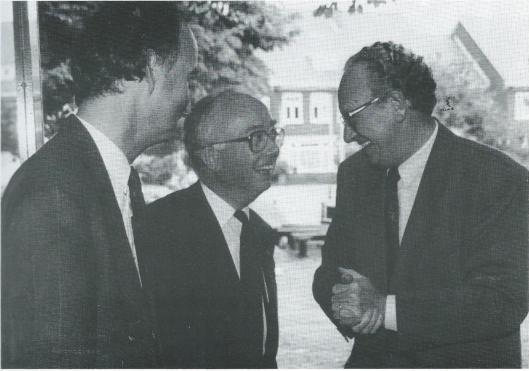 Begroeting door burgemeester jhr. O.R.van den Bosch van dr.J.A.van Kemenade, commissaris van de koningen, in de Heemsteedse bibliotheek, 25-9-1992 bij gelegenheid van de introductie van het 'Noordhollands Bibliotheekpaspoort'. Links directeur Hans Krol (Foto Vic Klep)