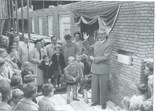 Op 11 september 1954 legde dr.A.Dondorp de eerste steen van een nieuwe christelijke kleuterschool in de Koediefslaan. Het was zijn laatste daad als voorzitter van het scholbestuur, tevens een bekroning van zijn werk als predikant van de gereformeerde kerk. Bredero wist het al : 'het kan verkeren'. De kleuterschool en het kerkgebouw bestaan niet meer.