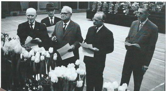 De jury van de Kerstbroeikeuring in december 1961. Helemaal links J.F.Ch.Dix, tweede van rechts de heer Kees Hoog, directeur van bloembollenhandel Van Tubergen
