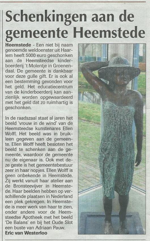 Beeld 'Vrouw in de wind' van Ellen Wolff geschonken aan raadhuis Heemstede (de Heemsteder, 3 december 2014)