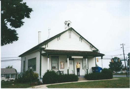 Hans Krol voor de openbare bibliotheek van Peguea, een voormalig schoolgebouw
