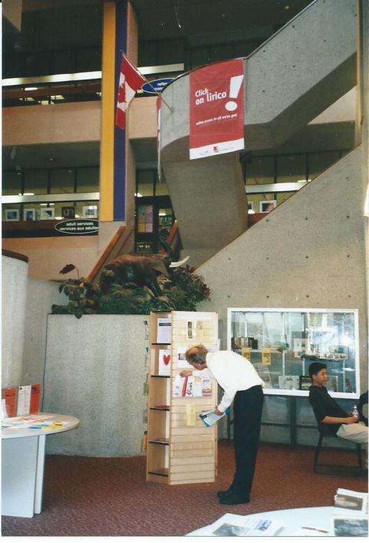 Hans Krol materiaal uitzoekend in de openbare bibliotheek van Quebec