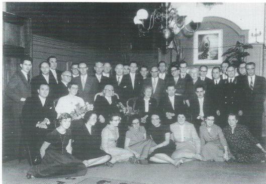 Afscheid van gemeentesecretaris T.M.Schelling in 1958 met het voltallig personeel van de secretarie in de raadzaal.