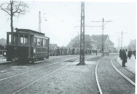 Drukte bij de tramhalte na een voetbalwedstrijd in het sportpark te Heemstede op 29 februari 1948