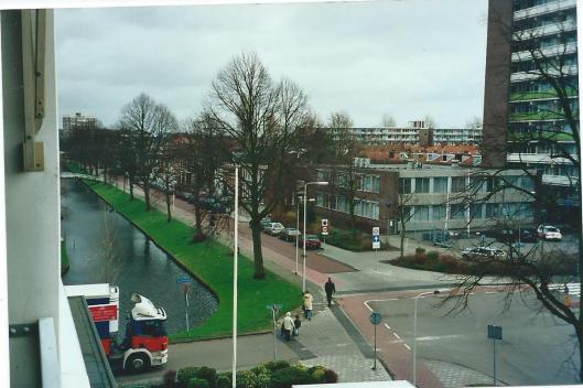 Gezicht op de Kerklaan vanuit het appartementencomplex Laan en Vaart met zicht op het pand waar van 1976 tot 1986 de gemeentelijke openbare bibliotheek was gevestigd, tegenwoordig in gebruik als politiebureau.