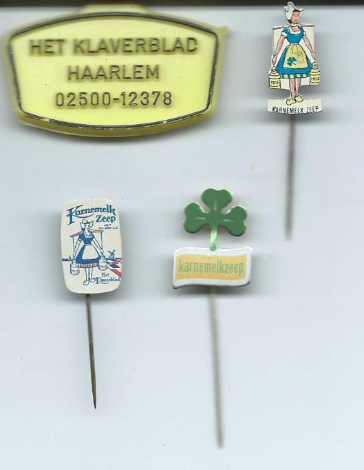 Sleutelhanger en speldjes van zeepfabriek 'Het Klaverblad' Haarlem uit eigen bezit
