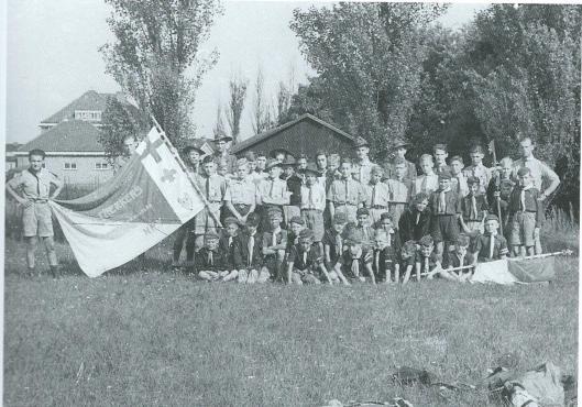 Foto van de Heemsteedse Trekkers met welpen en verkenners, vermoedelijk in de jaren vijftig. Jarenlang was mevrouw Lies Visser als akela bij deze scoutinggroep betrokken.