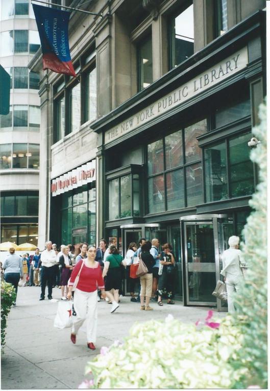 Grote drukte bij de uitleenafdeling van de Manhatten Public Library, schuin tegenover de New York Public Library aan 5th Avenue gelegen