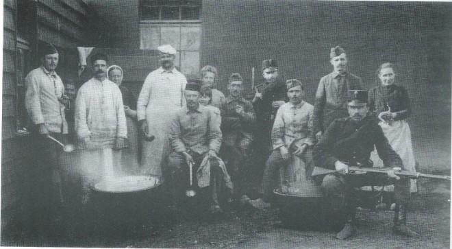 Tijdens de mobilisatie in de wereldoorlog 1914-1918 waren officieren en manschappen behalve in Bennebroek ook in Heemstede ingekwartierd. O.a. aan het bivakkement Groenendaal bracht koningin Wilhelmina tweemaal een bezoek. De grenadiers en jagers poseren hier voor de maaltijd.