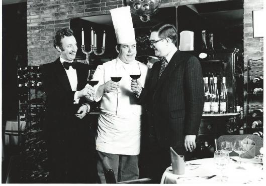A.Siliakus (rechts) was eigenaar van de Oude Geleerde Man van 1970 tot 1991. In het midden: chef-kok H.Bavelaar en links: G.Boon (oberkelner).