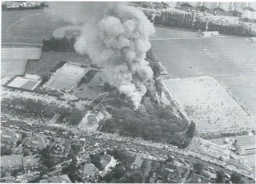Op zondag 17 augustus 1986 verwoestte een enorme brand recreatiecentrum Groenendaal. Oorzaak was een vastgelopen ventilator in het dak van de hal. Na 550 dagen was het leed geleden (foto Rijkspolitie Dienst Luchtvaart)