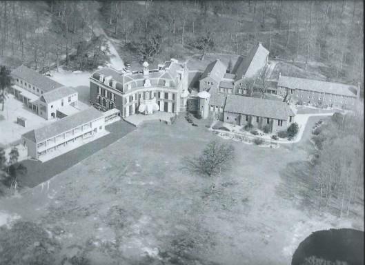 Luchtfoto van KLM-Aerocarto uit 1964. Een overzicht van Mariënheuvel, een voortzetting van de vroegere buitenplaats Meer en Berg. Op de voorgrond rechts één van de bosvijvers waar in de 18e eeuw een klaterende fontein opspoot. Omstreeks 1908 is het witgepleisterd herenhuis aan de Glipper Dreef gesloopt om plaats te maken voor het grote huis dat op een heuvel is gesitueerd. Architect Foeke Kuipers maakte in opdracht van jonkheer H.Deutz van Lennep het ontwerp. De woning omvatte maar liefst 36 kamers. Kort na de oorlog is een deel van Meer en Berg, circa 15 hectare, aangekocht door de Sint Hyppolytusstichting der Zusters Augustinessen (toen van Delft, sindsdien van Heemstede genoemd), die hier onder de naam Mariënheuvel een bezinningscentrum stichtte. In 1948 verhuisde het Moederhuis van de Congregatie naar Heemstede. Een jaar later kwam de nieuwe kapel gereed en andere uitbreidingen volgden. Het restant van Meer en Berg, ongeveer 27 hectare, is op 1 december 1948 door de gemeente Heemstede gekocht en voor het grootste deel bij Groenendaal gevoegd.