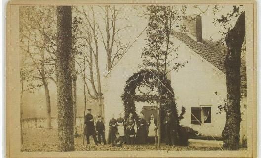 Versierde woning van familie De Wilde in Groenendaal. In 1907 was deze familie een eeuw woonachtig en werkzaam op Bosbeek en in 1909 vierde tuinbaas Arie de Wilde Jr. het feit dat hij een halve eeuw als tuinbaas werkzaam was op de buitenplaats