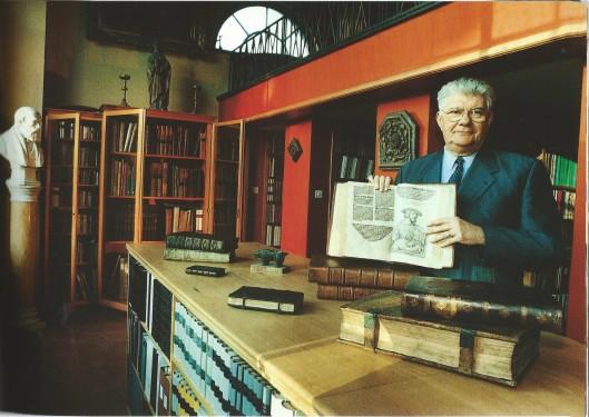 Emmanuel de Bethune in zijn bibliotheek. Deze burgemeester van Kortrijk richtte de orangerie en het koetshuis van zijn kasteel volledig als bureau en bibliotheek in.