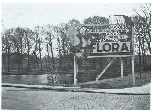 Reclamebord voor de Flora dat stond op de hoek van de Herenweg en Ritzema Boskade (NHA)