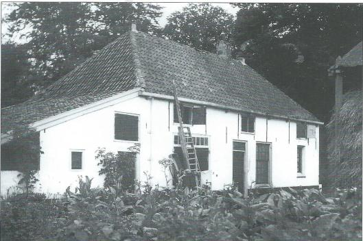 De boerderij 'Rusthof' , Glipperweg 4, tegenwoordig particulier bewoond met daarachter een manege. Gelegen op de grens van Bennebroek gehoorde de hoeve vroeger toe aan de eigenaren van de Hartekamp. Paardenliefhebber baron Barthold van Verschuer beschikte over een vermaarde stoeterij en sinds 1855 over land en een boerderij in de Haarlemmermeerpolder.