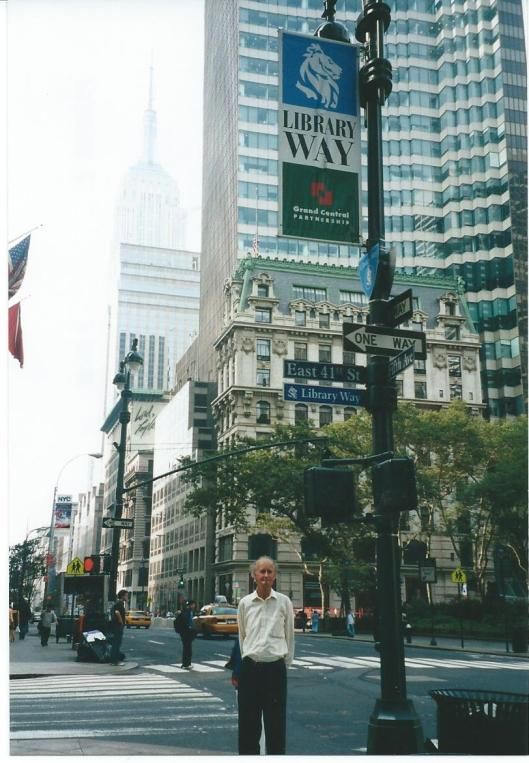 Hans Krol aan het begin van de Library Way in New York