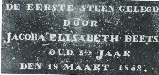 Eerste steen Protestantse school Heemstede, 18 maart 1852 gelegd door Jacoba Elisabeth Beets, dochter van mede-oprichter en predikant Nicolaas Beets