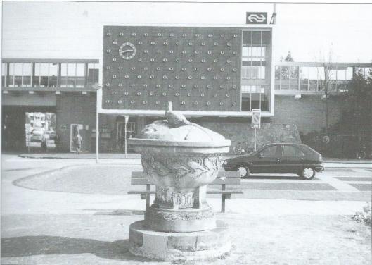 Toen dit gebeeldhouwd werk van W.C.Brouwer nog in volle glorie voor het station Heemstede-Aerdenhout stond aan de zijde van Aerdenhout. Foto van H.Spijkerman uit 1997, in: Ons Bloemendaal, voorgaar 1998, p.27
