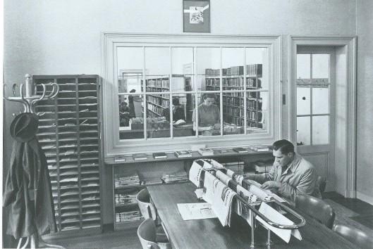 In 1948 kreeg Heemstede een openbare leeszaal en bibliotheek in de ruimten van het voormalige distributiekantoor De Meerlhorst (oorspronkelijk een notarishuis) aan de Van Merlenlaan. Hier een kijkje in de leeszaal met kranten en tijdschriften en op de achtergrond de uitleenafdeling