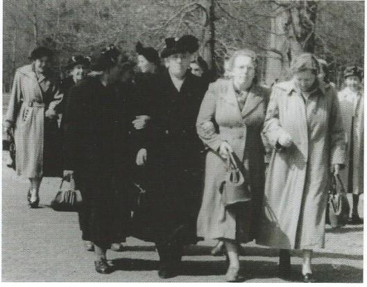Na de warersnoodseamp van 1 februari 1953 adopteerde Heemstede de plaats Puttershoek. Op 16 april brachten op uitnodiging van de gemeente Heemstede 271 vrouwen uit die plaats een bezoek an de FLORA-bloemententoonstelling