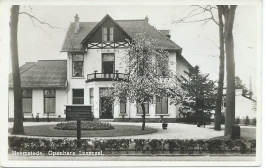 De openbare leeszaal en bibliotheek van Heemstede in 'de Meerlhorst' op een ansichtkaart uit omstreeks 1955