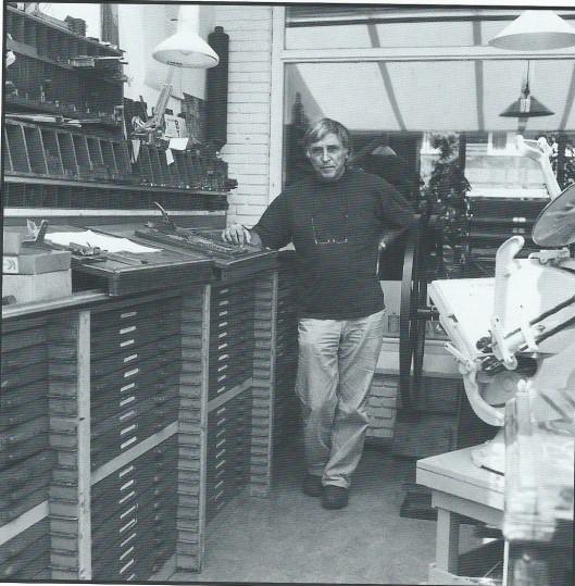 Hans Rombouts gefotografeerd door Alexandra Verburg. Uit: Pastei & hoerenjong; 30 drukkers in de marge. Samenstelling Ronald Rijkse. Middelburg, Zeeuwse Bibliotheek, Middelburg, 1995.