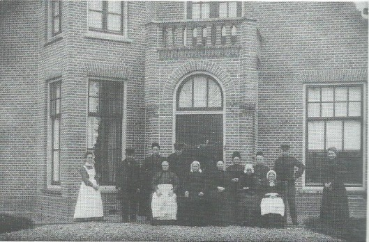 De eerste bewoners van het hofje Van Verschuer Brants in 1901