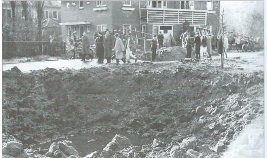 Krater en huizen Goudsbloemstraat (opname 30-10-1941, politiearchief Bloemendaal)