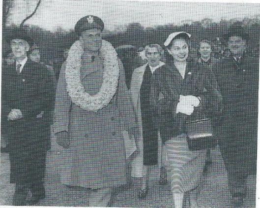 Generaal Matthew B.Ridgway met bloemenkrans maakte met zijn vrouw 'Peny' Long een rondwandeling op het Floraterrein. Begeleid door tuinarchitect H.J. Voors (links op de foto) en de secretaris-penningmeester van Bloembollencultuur H.A.de la Mar (rechts op de foto).