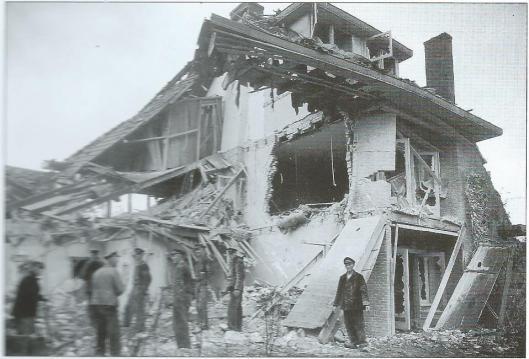 Getroffen huizen Verbenalaan 1-3, Aerdenhout (opname 30-10-1941, politiearchief Bloemendaal)