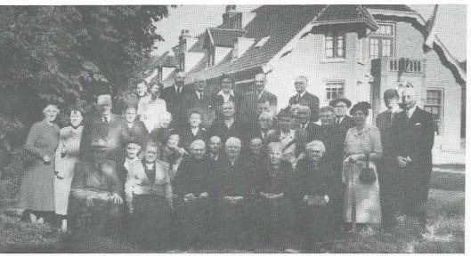 Bewoners en genodigden bij de viering van het halve eeuwfeest van huize Van Verschuer Brants te Bennebroek in 1951