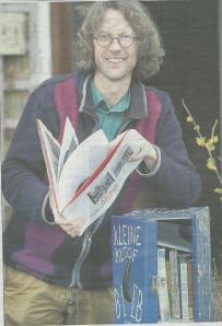 Jan-Willem Doornenbal bij zijn blauwe boekenkastje (Haarlems Dagblad, foto Paul Freeker).