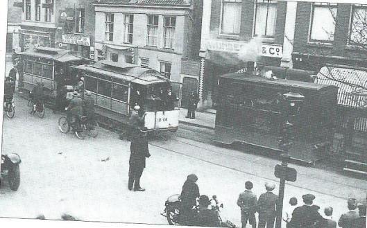 Stoomtram en elektrische tram kruisen elkaar in de Raadhuisstraat
