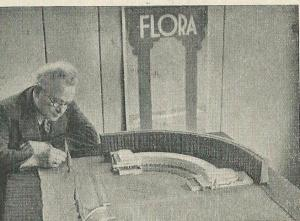 De architect van de gebouwen op het Flora-terrein 1935, de heer J.C.Brand bij een maquette van het Bloemenpaleis