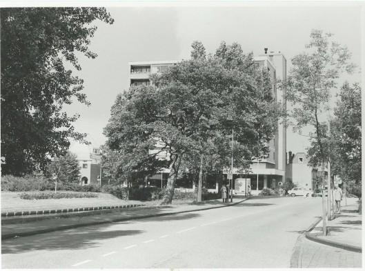 Het appartementenbouw op de hoek van de Blekersvaartweg en Kerklaan met op de begane grond woninginrichting Van den Broek