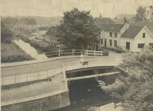De zogeheten witte brug op de Kerklaan voordat de Zandvaart richting raadhuis/Groenendaal werd gedempt. Vooraan een gasbuisleiding