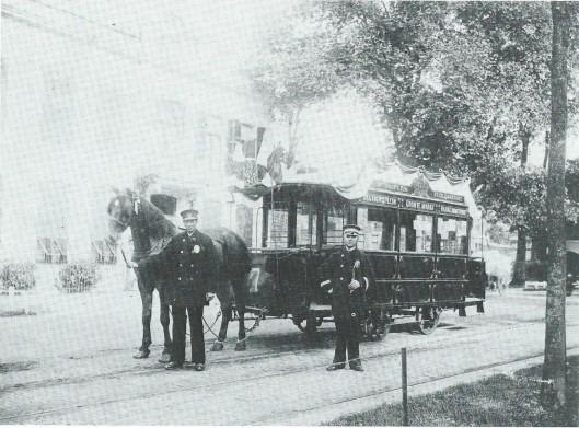 De paardentram deed in 1878 zijn intrede in Haarlem. Op deze foto uit 1903 poseren koetsier Hendrik Piek en hoofdconducteur F.J.de Graaf nabij het eindpunt in de Haarlemmerhout bij gelegenheid van het 25-jarig bestaan van de Haarlemsche Tramway Maatschappij (foto N.H.A.)
