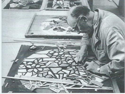 Atelier Bogtman aan de Emmakade 45 begin jaren zestig. Deze foto werd door Paul Huf vervaardigd ten behoeve van een advertentie van Grolsch Bier: vakmanschap is meesterschap. Op de afbeelding is de glazenier bezig om met de papieren benadering op ware grootte een gebrandschilderd raam te maken (weekblad De Spiegel, 2 november 1963).