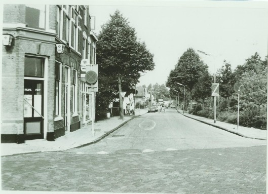 Café De Eerste Aanleg op de hoek van de Raadhuisstraat en Kerklaan op een foto met zicht op de Kerklaan uit 1980