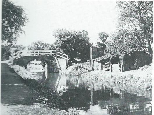 Foto uit 1935 van bruggetje over de na de oorlog gedempte Zandvaart in Heemstede