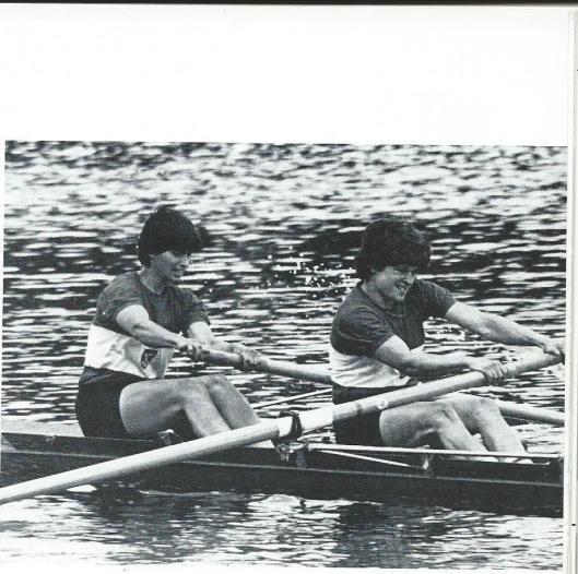 Het succesvolle duo Lynda Cornet en Harriët van Ettekoven, die in 1984 deel uitmaakten van 'bronzen acht' op de Olympische Spelen (K.R. & Z.V. Het Spaarne 1885-1985., p. 49)